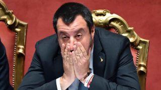 Róma, 2019. március 20. Matteo Salvini olasz belügyminiszter, miniszterelnök-helyettes a mentelmi jogának felfüggesztésérõl szóló szavazás kezdete elõtt az olasz parlament felsõházi üléstermében, Rómában 2019. március 20-án. A 315 fõs szenátus 232 tagja szavazott nemmel, így a testület nem engedélyezte a belügyminiszterrel szemben indított jogi eljárás folytatását, amelyet a szicíliai Catania ügyészsége hivatali hatalommal való visszaélés, személyi szabadság korlátozása, nemzetközi konvenciók megsértése címén kezdeményezett. MTI/EPA-ANSA/Ettore Ferrari