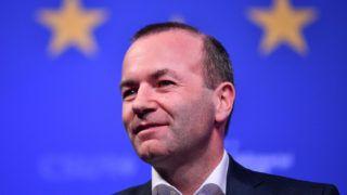 Straubing, 2019. április 7. Manfred Weber, az Európai Néppárt európai parlamenti frakcióvezetõje és csúcsjelöltje az európai parlamenti választásokon pártjának, a bajor Keresztényszociális Uniónak (CSU) az európai parlamenti választási kampánygyûlésén Straubingban 2019. április 6-án. MTI/EPA/Philipp Gülland