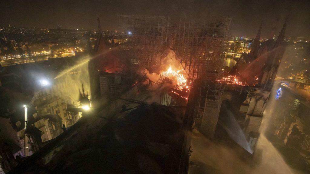 Párizs, 2019. április 16. A párizsi tûzoltóság által készített légi felvételen tûz emészti a párizsi Notre-Dame székesegyházat 2019. április 15-én. A lángok a restaurálási munkálatokhoz felállított állványzaton keletkeztek és onnan terjedtek tovább. A tûz következtében összeomlott az épület huszártornya és odaveszett teljes tetõszerkezete. MTI/AP/Benoit Moser