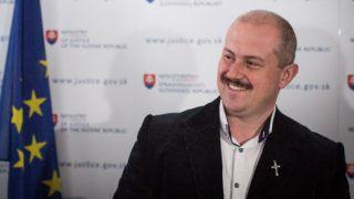 Pozsony, 2019. április 9. Marián Kotleba, a Mi Szlovákiánk Néppárt (LSNS) elnöke a szlovák legfelsõbb bíróságon Pozsonyban 2019. április 9-én. A bíróság a párt feloszlatásáról tárgyal a szlovák fõügyész  indíítványa nyomán, amely szerint Kotleba szervezete szélsõséges és fasiszta irányvonalat  követ. MTI/EPA/Jakub Gavlák