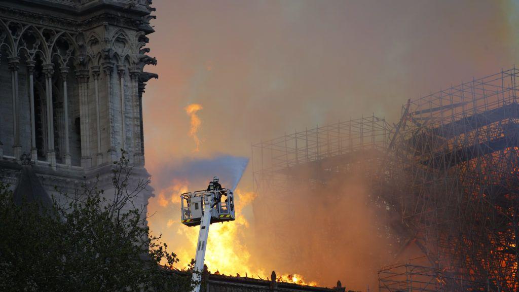Párizs, 2019. április 16. Tûzoltók próbálják megfékezni a párizsi Notre-Dame székesegyház tetõszerkezetét emésztõ lángokat 2019. április 15-én. Emmanuel Macron francia elnök kijelentette, hogy újjáépítik a Notre-Dame-ot. A lángok a restaurálási munkálatokhoz felállított állványzaton, a tetõszerkezetnél keletkeztek, és onnan terjedtek tovább. A tûz következtében összeomlott az épület huszártornya és odaveszett teljes tetõszerkezete. MTI/AP/Francois Mori