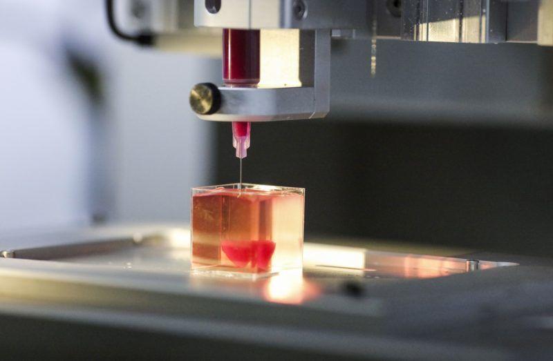 Tel Aviv, 2019. április 15. Emberi szövetek felhasználásával miniatûr háromdimenziós szivet nyomtatnak a Tel-avivi Egyetemen 2019. április 15-én. Az egyetem tudósai szerint ez az elsõ, háromdimenziós nyomtatóval készített, emberi szöveteket tartalmazó szív a világon. MTI/EPA/STR