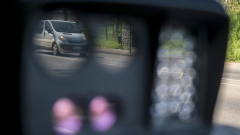 Pécs, 2016. április 21.A Véda automata közlekedés-ellenőrzési rendszer egyik sebességmérője a 6-os főúton, Pécs határában 2016. április 21-én. Csaknem kilencszáz magyarországi helyszínen ellenőrzi a rendőrség a sebességhatár túllépését reggel hat óra óta 24 órán keresztül a Speedmarathon nemzetközi akció keretében.MTI Fotó: Sóki Tamás