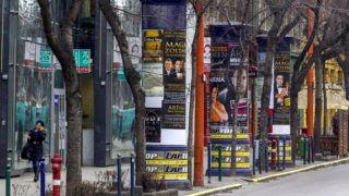 Budapest, 2016. január 4.A Mahir hirdetőoszlopai Budapesten, az Üllői úton 2016. január 4-én. A Fővárosi Önkormányzat az októberi közgyűlésén szerződést bontott a Mahir Cityposter kft-vel, mivel a cég nem teljesítette maradéktalanul az abban foglaltakat. December 31-ig adtak határidőt arra, hogy a közterületi hirdetőoszlopokat elbontsák, de erre nem került sor, ezért a BKK Közút a főváros más pontján már megkezdte a Mahir-hirdetőoszlopok bontását. A Mahir visszaállított ezek közül, vitatva a bontás jogosságát.MTI Fotó: Szigetváry Zsolt