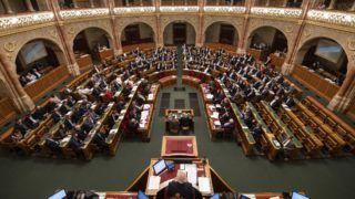 Budapest, 2018. november 12. A napirendrõl szavaznak a képviselõk az Országgyûlés plenáris ülésén 2018. november 12-én. MTI/Szigetváry Zsolt