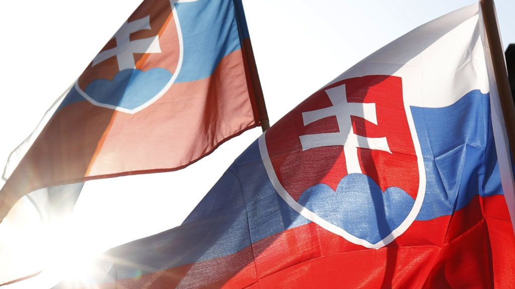 Pozsony, 2019. április 9. A Mi Szlovákiánk Néppárt (LSNS) aktivistái a szlovák legfelsõbb bíróság elõtt tüntetnek Pozsonyban 2019. április 9-én. A bíróság a párt feloszlatásáról tárgyal a szlovák fõügyész indítványa nyomán, amely szerint Kotleba szervezete szélsõséges és fasiszta irányvonalat követ. MTI/AP/Petr David Josek