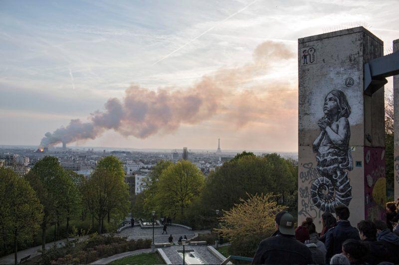 Párizs, 2019. április 16. A lángoló párizsi Notre Dame székesegyházat nézik emberek 2019. április 15-én. A tûz a restaurálási munkálatokhoz felállított állványzaton keletkezett és onnan terjedt tovább. A tûz következtében összeomlott az épület huszártornya és odaveszett teljes tetõszerkezete. MTI/AP/Rafael Yaghobzadeh