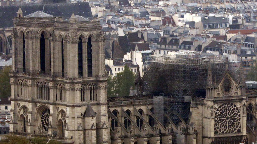 Párizs, 2019. április 16. Az elõzõ esti heves tûzvészben megrongálódott párizsi Notre-Dame székesegyház 2019. április 16-án. A lángok a restaurálási munkálatokhoz felállított állványzaton, a tetõszerkezetnél keletkeztek, és onnan terjedtek tovább. A tûz következtében összeomlott az épület huszártornya és odaveszett teljes tetõszerkezete. MTI/AP/Thibault Camus