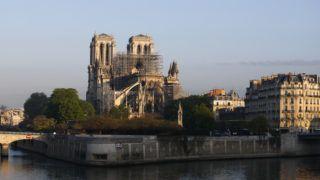 Párizs, 2019. április 17. A párizsi Notre-Dame-székesegyház két nappal a templomban pusztító tûzvész után, 2019. április 17-én. A lángok a restaurálási munkálatokhoz felállított állványzaton keletkeztek, és onnan terjedtek tovább. A tûz következtében összeomlott az épület huszártornya és odaveszett a teljes tetõszerkezete. MTI/AP/Francois Mori