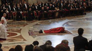 Vatikánváros, 2019. április 19. Ferenc pápa a földön fekve imádkozik nagypénteki igeliturgiáján a vatikáni Szent Péter-bazilikában 2019. április 19-én. MTI/AP/Alessandra Tarantino