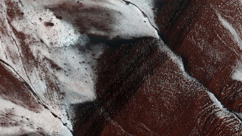 Világűr, 2015. szeptember 28.Az amerikai Országos Repülésügyi és Űrkutatási Hivatal, a NASA által 2015. szeptember 28-án közreadott, 2014. november 30-án készült kép befagyott vízlefolyásokról egy kráter déli oldalának belsejében a Mars bolygón. A NASA szakemberei bejelentették, hogy a Mars Reconnaissance Orbiter (MRO) amerikai űrszonda által gyűjtött adatok elemzése alapján valószínűleg folyékony sós vizet találtak a Mars felszínén. (MTI/EPA/NASA)
