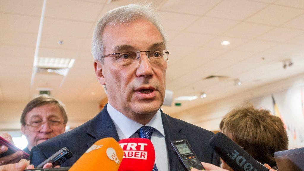Brüsszel, 2016. április 20. Alekszandr Grusko, Oroszország NATO-nagykövete újságíróknak nyilatkozik a világszervezet brüsszeli székházában 2016. április 20-án, a NATO-Oroszország Tanács nagyköveti szintû találkozója elõtt. (MTI/EPA/Stephanie Lecocq)