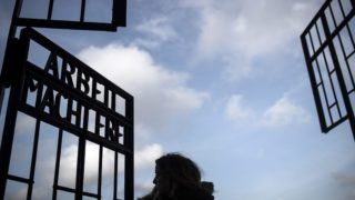 Oranienburg, 2017. január 26. Egy megemlékezõ az egykori sachsenhauseni náci koncentrációs tábor bejáratában a németországi Oranienburg közelében 2017. január 26-án, a holokauszt nemzetközi emléknapja elõtti napon. (MTI/EPA/Oliver Weiken)
