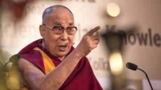 Kolkata, 2017. november 23. A 14. dalai láma (Tendzin Gyaco), a tibeti buddhisták indiai emigrációban élõ vallási vezetõje üzletemberekhez beszél az Indiai Kereskedelmi Kamarában tett látogatása során Kolkatában 2017. november 23-án. (MTI/EPA/Pijal Adhikari)
