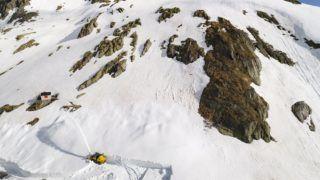 Nagy Szent Bernát-hágó, 2018. május 23. A drónnal készült felvételen hókotróval dolgoznak a svájci Alpok Nagy Szent Bernát-hágóján 2018. május 16-án. A Wallis kantont Olaszországgal összekötõ útvonal a harmadik legmagasabb hágó Svájcban, és az olykor több méter vastgaságú hóréteg eltakarítása ebben az évben várhatóan négy héten át tart. (MTI/EPA/Valentin Flauraud)