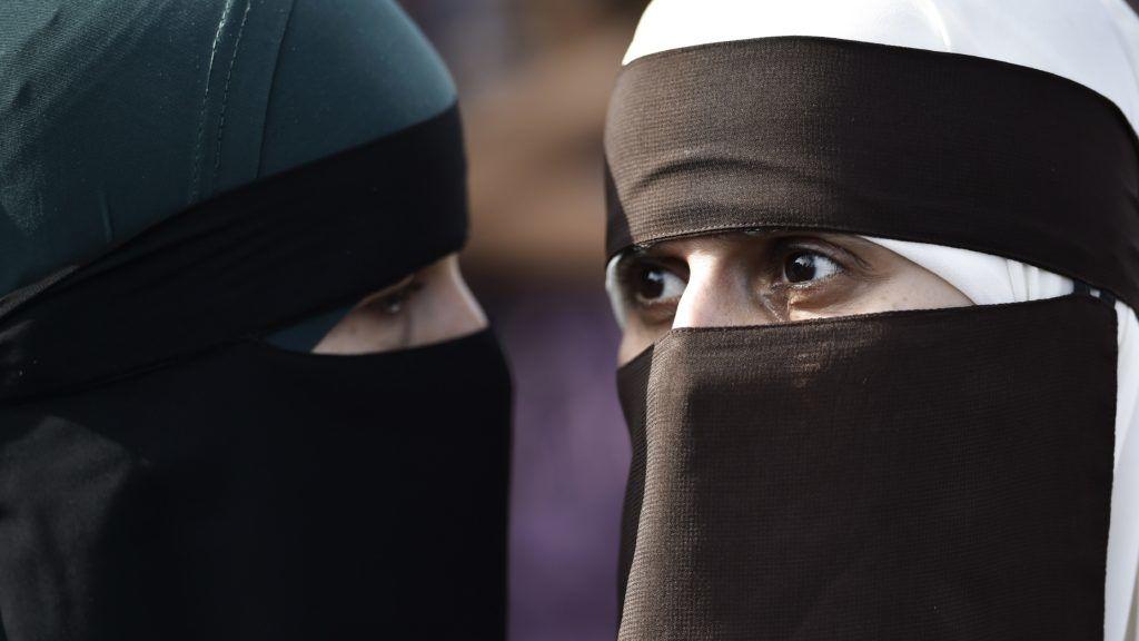 """Koppenhága, 2018. augusztus 1. Az arcot eltakaró ruhadarabok viseletét tiltó jogszabály, azaz a """"burkatörvény"""" ellen tüntetnek nõk Koppenhágában 2018. augusztus 1-jén, a törvény életbe lépésének napján. A rendõrség elmondta, hogy a tiltakozáson az arcukat teljesen eltakaró demonstrálókat nem büntetik, mert tettük szabad véleménynyilvánításnak minõsül. Ugyanakkor büntetésben részesíthetõk mindazok, akik a gyülekezésre tartva, már útközben elfedik az arcukat. A jogszabály heves vitát váltott ki támogatói és ellenzõi között. (MTI/EPA/Mads Claus Rasmussen)"""