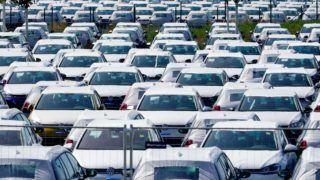 Berlin, 2018. augusztus 19. Új Volkswagenek sorakoznak a Berlin-Schönefeld repülõtér parkolóiban 2018. augusztus 19-én. Sajtóértesülések szerint a legnagyobb európai jármûgyártó mintegy nyolcezer parkolóhelyet bérel az eladatlan és hatósági engedéllyel még nem rendelkezõ autóinak a reptér területén. (MTI/EPA/Alexander Becher)