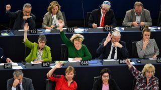 Strasbourg, 2018. szeptember 12. Judith Sargentini holland zöldpárti képviselõ (k) szavaz a nevét viselõ Sargentini-jelentésrõl az Európai Parlament plenáris ülésén, Strasbourgban 2018. szeptember 12-én. A képviselõk a magyar jogállamisági helyzetrõl szóló különjelentést 448 igen szavazattal, 197 ellenében, 48 tartózkodás mellett fogadták el. (MTI/EPA/Patrick Seeger)