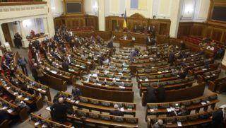 Kijev, 2018. november 26. Képviselõk az ukrán parlament rendkívülési ülésén Kijevben 2018. november 26-án. A testület Petro Porosenko elnök javaslatára megszavazta a hadiállapot bevezetését a Kercsi-szorosnál történt orosz agresszió miatt, azzal a változtatással, hogy nem az egész országban, hanem csak tíz megyében vezetik be 30 napos idõtartamra. MTI/EPA/Sztepan Franko