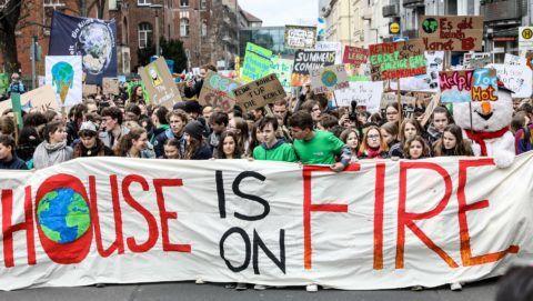 Berlin, 2019. március 29. A globális felmelegedés ellen hathatósabb intézkedéseket követelõ berlini tüntetés résztvevõi 2019. március 29-én. MTI/EPA/Felipe Trueba