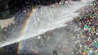 Algír, 2019. március 29.Szivárvány jelenik meg egy tüntetőket oszlató rendőrségi vízágyú permetfüggönyében az Abdel-Azíz Buteflika algériai elnök lemondását követelő tiltakozáson Algírban 2019. március 29-én. A 82 éves államfő március 11-én bejelentette, hogy bizonytalan időre elhalasztja az eredetileg április 18-ra a kitűzött elnökválasztást, valamint az újbóli indulása ellen hetek óta tartó tüntetések hatására a visszalépését is. A választások elhalasztása azt is jelenti, hogy Buteflika hivatalban maradhat 2019 végéig vagy akár még tovább is.MTI/EPA/Mohamed Messzara