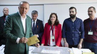 Isztambul, 2019. március 31. Recep Tayyip Erdogan török voksol egy isztambuli szavazóhelyiségben 2019. március 31-én, a török helyhatósági választások napján. MTI/EPA/Tolga Bozoglu