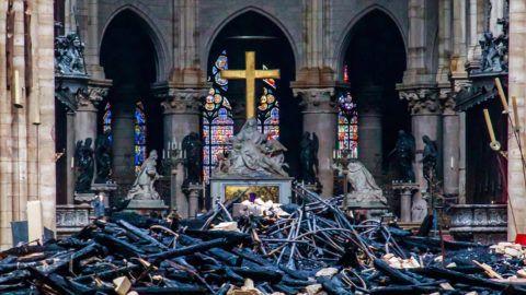Párizs, 2019. április 16. Üszkös romok a leégett tetõszerkezetû párizsi Notre-Dame-székesegyház belsejében 2019. április 16-án. A lángok elõzõ nap a restaurálási munkálatokhoz felállított állványzaton keletkeztek, és onnan terjedtek tovább. A tûz következtében összeomlott az épület huszártornya és odaveszett a teljes tetõszerkezete. MTI/EPA/Pool/Christophe Petit Tesson