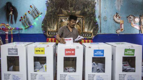Solo, 2019. április 17. Leadja szavazatát egy férfi a közép-jávai Solo településen az elnök- és parlamenti választások napján, 2019. április 17-én. MTI/EPA/Ali Lutfi