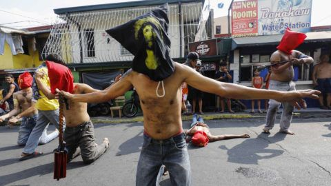 Mandaluyong, 2019. április 18. Fülöp-szigeteki vezeklõk ostorral és botokkal csapkodják véresre a hátukat a Manilától keletre fekvõ Mandaluyongban 2019. április 18-án, nagycsütörtökön. A húsvétot megelõzõ nagyböjti héten a vezeklõk önostorozással, vagy más módon kínozzák magukat, hogy Jézus Krisztus szenvedését átélve megtisztuljanak bûneiktõl. MTI/EPA/Rolex Dela Pena