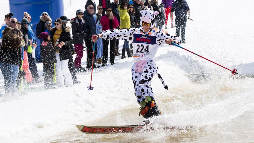 Nendaz, 2019. április 20. Vízensiklóverseny Nendaz svájci síüdülõhelyen 2019. április 20-án. A havas hegyoldal helyett a hó közepén kialakított medence vizén siklanak a versenyzõk, többen jelmezt is öltenek a vidám eseményre. MTI/EPA/KEYSTONE