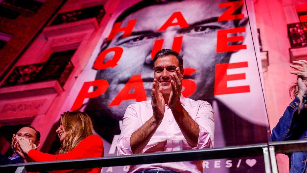 Madrid, 2019. április 29.Pedro Sánchez miniszterelnök, a Spanyol Szocialista Munkáspárt (PSOE) főtitkára a párt madridi székházánál felesége, Begona Gómez társaságában támogatókkal ünnepli, hogy a szavazatok 28,7 százalékát megszerezve győzött az előrehozott parlamenti választásokon 2019. április 28-án.MTI/EPA/EFE/JuanJo Martin