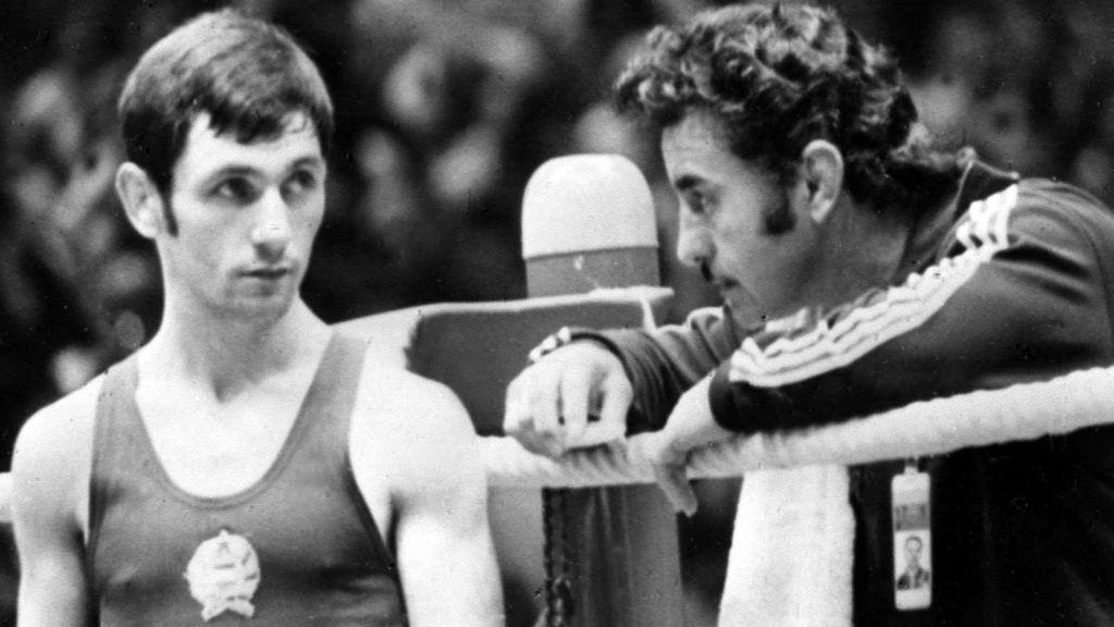 München,1972. szeptember 5. 1972. augusztus 26-szeptember 11. között Münchenben rendezték meg a XX. nyári olimpiát. Szeptember 5-én a Fekete Szeptember nevû arab terroristacsoport nyolc tagja az olimpiai faluban behatolt az izraeli csapat szálláshelyére, ahol két izraeli sportolót megöltek és kilencet túszul ejtettek. Miután az izraeli kormány megtagadta a követelések teljesítését a terroristák az NSZK kormányától repülõgépet követeltek a túszok elszállítására. A német rendõrség a repülõtéren akciót kezdeményezett, mire a terroristák megölték a túszaikat.  A tûzharcban öt terrorista és egy német rendõr meghalt. A játékok egynapos szünet után folytatódtak. Az olimpián a magyarok 6 arany-, 13 ezüst- és 16 bronzérmet nyertek. A képen: az ökölvívás 48 kg-os súlycsoportjában Gedó György az ausztrál Dennis Alan Talbot legyõzése után Papp Lászlóval beszélget. MTI Fotó