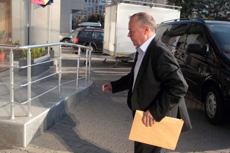 Bukarest, 2012. szeptember 10. Ioan Bendei, Teszári Zoltán magyar nemzetiségû romániai üzletember közeli barátja, az RCS & RDS távközlési vállalat egyik vezetõje érkezik a romániai hírközlést szabályozó szervezet, az ANCOM bukaresti székházába 2012. szeptember 10-én. (MTI/Mediafax/Silviu Matei)