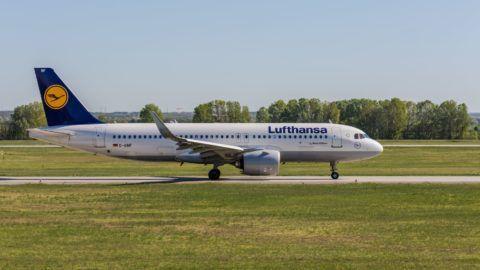 Budapest, 2018. április 21. A Budapest Liszt Ferenc Nemzetközi Repülõtér kifutópályáján felszállásra várakozik a német Lufthansa  légitársaság, Airbus A320 típusú repülõgépe.  MTVA/Bizományosi: Faludi Imre  *************************** Kedves Felhasználó! Ez a fotó nem a Duna Médiaszolgáltató Zrt./MTI által készített és kiadott fényképfelvétel, így harmadik személy által támasztott bárminemû – különösen szerzõi jogi, szomszédos jogi és személyiségi jogi – igényért a fotó készítõje közvetlenül maga áll helyt, az MTVA felelõssége e körben kizárt.