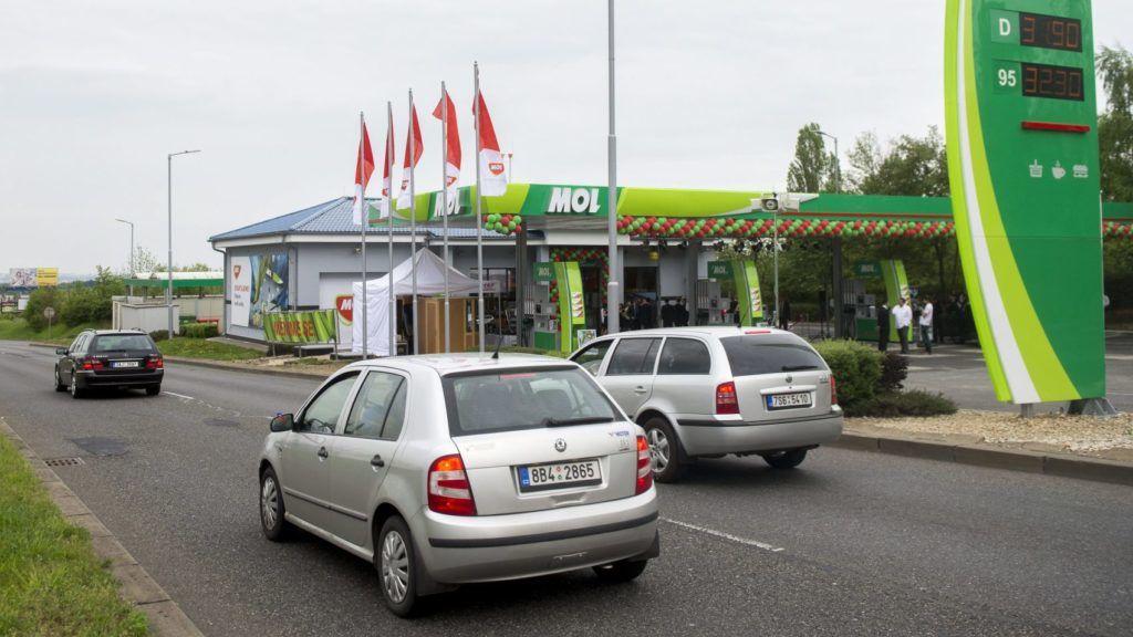Prága, 2015. május 5. A Mol-csoport elsõ csehországi Mol töltõállomása Prágában az átadás napján, 2015. május 5-én. A csoport tulajdonában lévõ Lukoil és a Slovnaft benzinkutak folyamatos márkanévváltásának eredményeként további, mintegy 80 benzinkút megnyitását tervezi idén a magyar olajipari vállalat a cseh piacon. MTI Fotó: Illyés Tibor