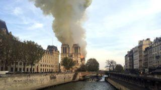 Párizs, 2019. április 15. Sûrû füstoszlop gomolyog a kigyulladt párizsi Notre Dame székesegyház felett 2019. április 15-én. A lángok a világhírû épület felsõ részében pusztítanak. Az elsõ hírek szerint a tûz a restaurálási munkálatokhoz felállított állványzaton, a tetõszerkezetnél keletkezett és onnan terjedt tovább. MTI/AP/Lori Hinant