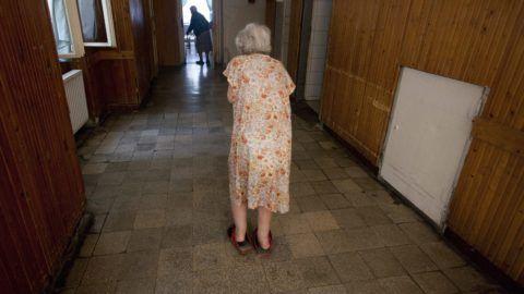 Berzence, 2013. július 9. Gondozottak a berzencei szociális otthon folyosóján 2013. július 9-én. A pszichiátriai betegeket befogadó, immár állami tulajdonban lévõ szociális otthon modellértékû intézményfejlesztésre nyert el egymilliárd forint uniós forrást. MTI Fotó: Varga György