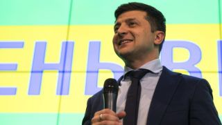 Kijev, 2019. április 1. Az ukrajnai elnökválasztáson induló Volodimir Zelenszkij humorista sajtótájékoztatót tart a kijevi kampányközpontjában 2019. március 31-én, az elnökválasztás elsõ fordulójának urnazárása után. Zelenszkijt a választók mintegy 30 százaléka támogatta, míg Petro Porosenko jelenlegi államfõ a szavazatok körülbelül 18 százalékát kapta, így õk ketten jutottak be az április 21-i második fordulóba. MTI/AP/Emilio Morenatti