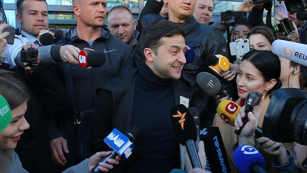 Óriási fölénnyel nyerhet a humorista Zelenszkij Ukrajnában