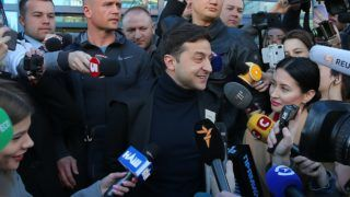 5838065 05.04.2019 Ukrainian presidential candidate and comic actor Volodymyr Zelensky speaks to the media before undergoing a drugs and alcohol test, which is a precondition to participate in a policy debate ahead of the second round of a presidential election, outside a hospital in Kiev, Ukraine. Stringer / Sputnik