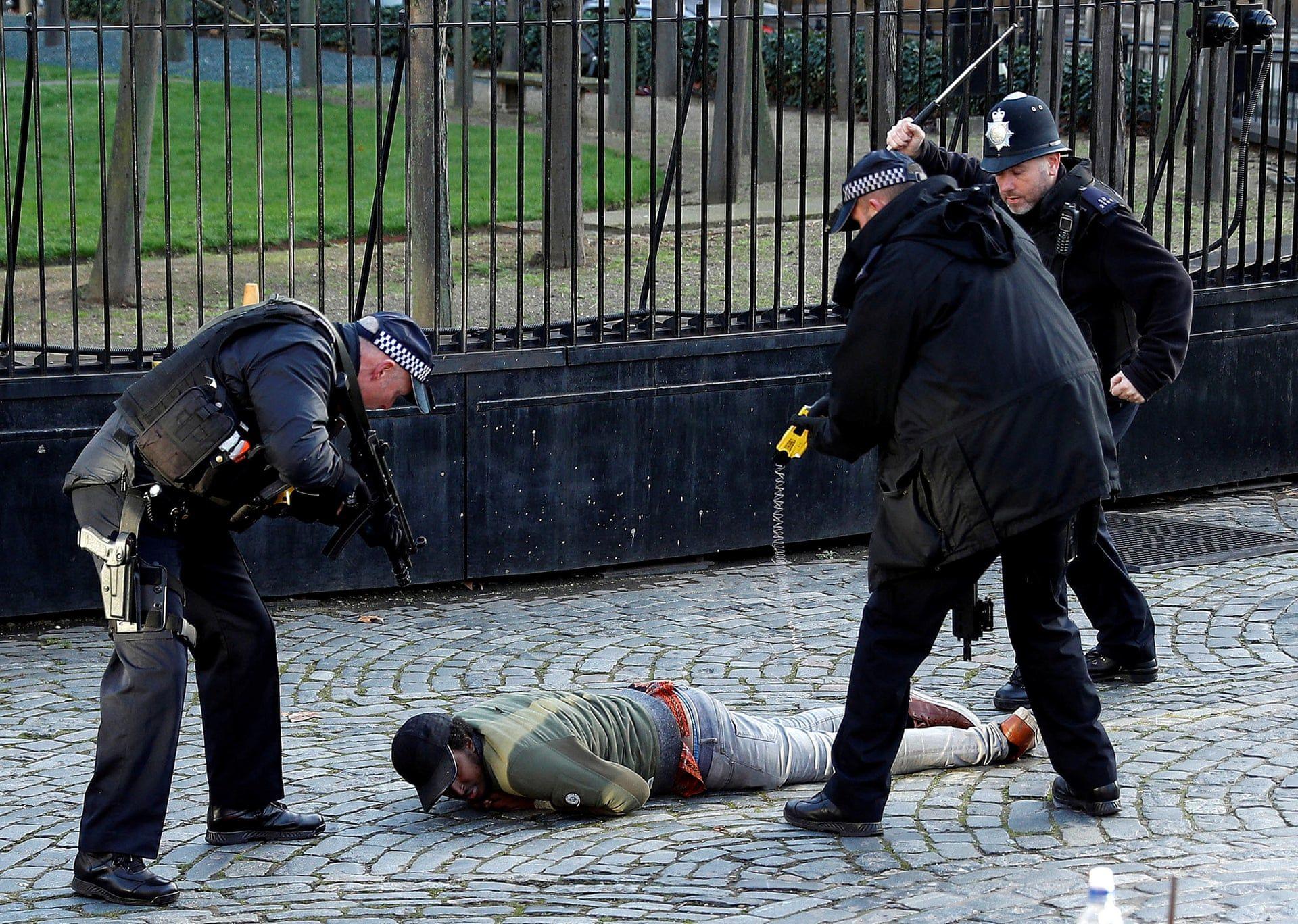Elektromos sokkoló pisztollyal terítettek le egy a Parlament területére betörő tüntetőt rendőrök Londonban 2018 decemberében. Fotó: Peter Nicholls/Reuters/thebppa