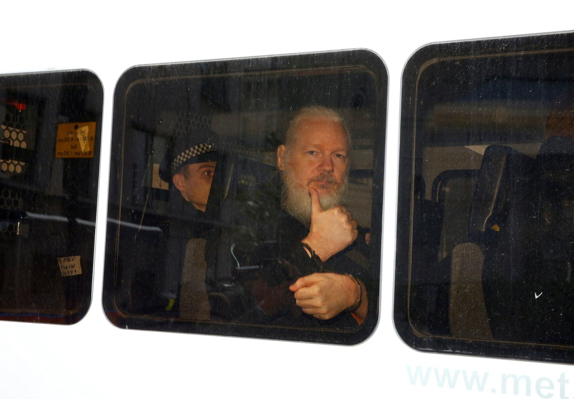Julian Assange a WikiLeaks alapítója miután rendőrök hozták ki Ecuador londoni nagykövetségéről. Fotó: Henry Nicholls/Reuters/thebppa