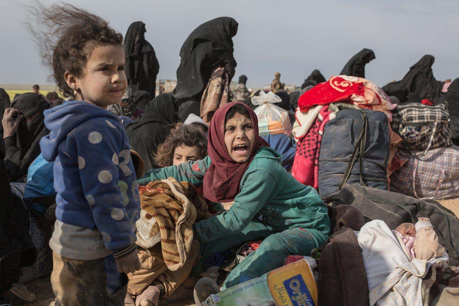 Az iszlám állam utolsó Szíriában fennmaradó területéről menekülő civilek, két napnyi harcok után várakoznak hogy menekülttáborba szállítság őket. Fotó: Sam Tarling/Daily Telegraph / thebppa