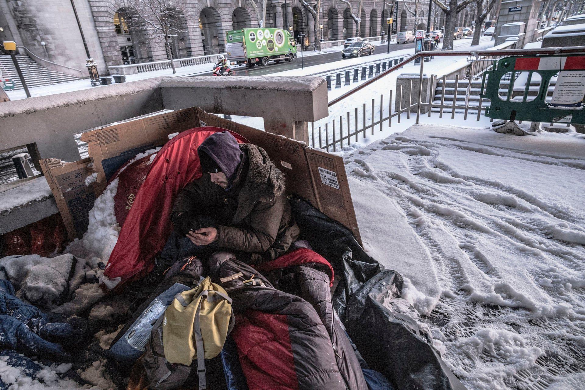 Hajléktalan férfi Londonban a -3 fokban, pár kilóméterre a Képviselőház épületétől. Fotó: Sean Smith/the Guardian /  thebppa