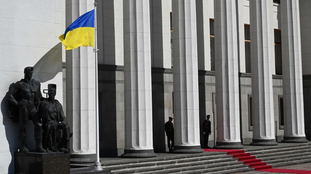 Officers guard the Ukrainian parliament building as they wait for President Volodymyr Zelensky inauguration ceremony in Kiev, on May 20, 2019. - Ukraine's new President Volodymyr Zelensky used his inaugural speech on May 20 to call snap parliamentary polls after shooting to power in a country wracked by a separatist conflict and severe economic problems. (Photo by Sergei SUPINSKY / AFP)