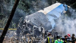 """80518190. La Habana, 18 May 2018 (Notimex-Xinhua-ACN).- Al menos tres sobrevivientes en estado crítico reporta el medio oficial """"Granma"""", de Cuba, luego de que un avión comercial Boeing 737 arrendado por la compañía Cubana de Aviación a la empresa Damojh se estrelló el viernes en La Habana. NOTIMEX/FOTO/NOTIMEX-XINHUA-ACN/COR/DIS/"""