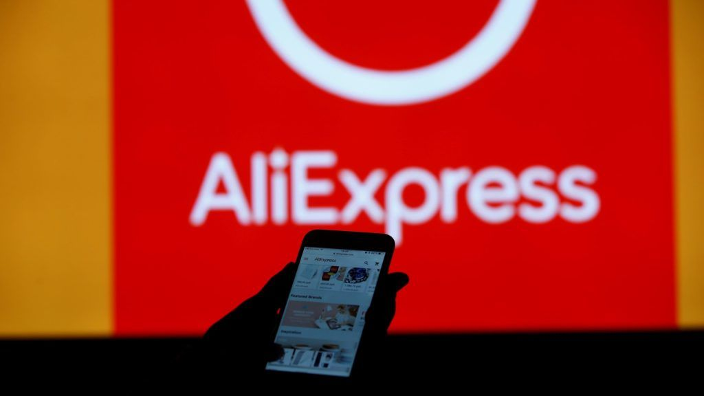 MOSCOW, RUSSIA - SEPTEMBER 11:  A women searches online on a mobile phone from AliExpress in Moscow, Russia on September 11, 2018.     Sefa Karacan / Anadolu Agency