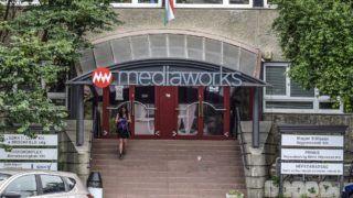 Budapest, 2017. június 30. A Mediaworks (volt Népszabadság) épületének bejárata a III. kerület Bécsi út 122-124-ben. MTVA/Bizományosi: Róka László  *************************** Kedves Felhasználó! Ez a fotó nem a Duna Médiaszolgáltató Zrt./MTI által készített és kiadott fényképfelvétel, így harmadik személy által támasztott bárminemû – különösen szerzõi jogi, szomszédos jogi és személyiségi jogi – igényért a fotó készítõje közvetlenül maga áll helyt, az MTVA felelõssége e körben kizárt.