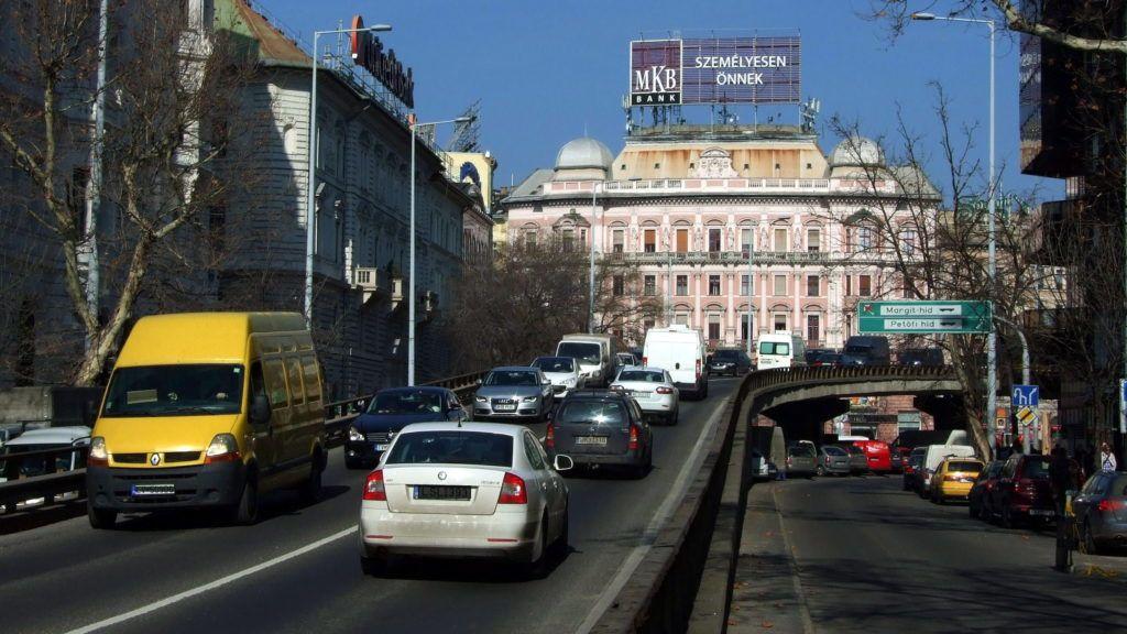 Budapest, 2014. február 26. Gépjármûvek haladnak át a Nyugati téri felüljárón, amely a Bajcsy-Zsilinszky utat köti össze a Váci úttal. MTVA/Bizományosi: Jászai Csaba  *************************** Kedves Felhasználó! Az Ön által most kiválasztott fénykép nem képezi az MTI fotókiadásának, valamint az MTVA fotóarchívumának szerves részét. A kép tartalmáért és a szövegért a fotó készítõje vállalja a felelõsséget.