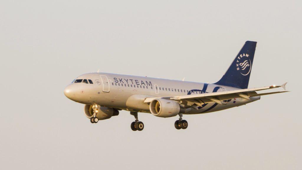 Budapest, 2017. augusztus 3. A Czech Airlines légitársaság OK-OER lajstromszámú, Airbus A319-112 típusú utasszállító repülõgépe végez leszállást a Liszt Ferenc Repülõtér 2-es kifutópályáján. A légitársaság a Skyteam csoport tagja, amely világszerte 20 repülõtársaságot tudhat tagjai között. A gép festése - Skyteam livery - a Skyteam  10. évfordulójára készített ünnepi dizájn, amely mára már 52 repülõgépet díszít a cégcsoport többszázas flottájában. Az európai desztinációban használt repülõ ritka vendég Magyarországon. MTVA/Bizományosi: Máté Attila  *************************** Kedves Felhasználó! Ez a fotó nem a Duna Médiaszolgáltató Zrt./MTI által készített és kiadott fényképfelvétel, így harmadik személy által támasztott bárminemû – különösen szerzõi jogi, szomszédos jogi és személyiségi jogi – igényért a fotó készítõje közvetlenül maga áll helyt, az MTVA felelõssége e körben kizárt.